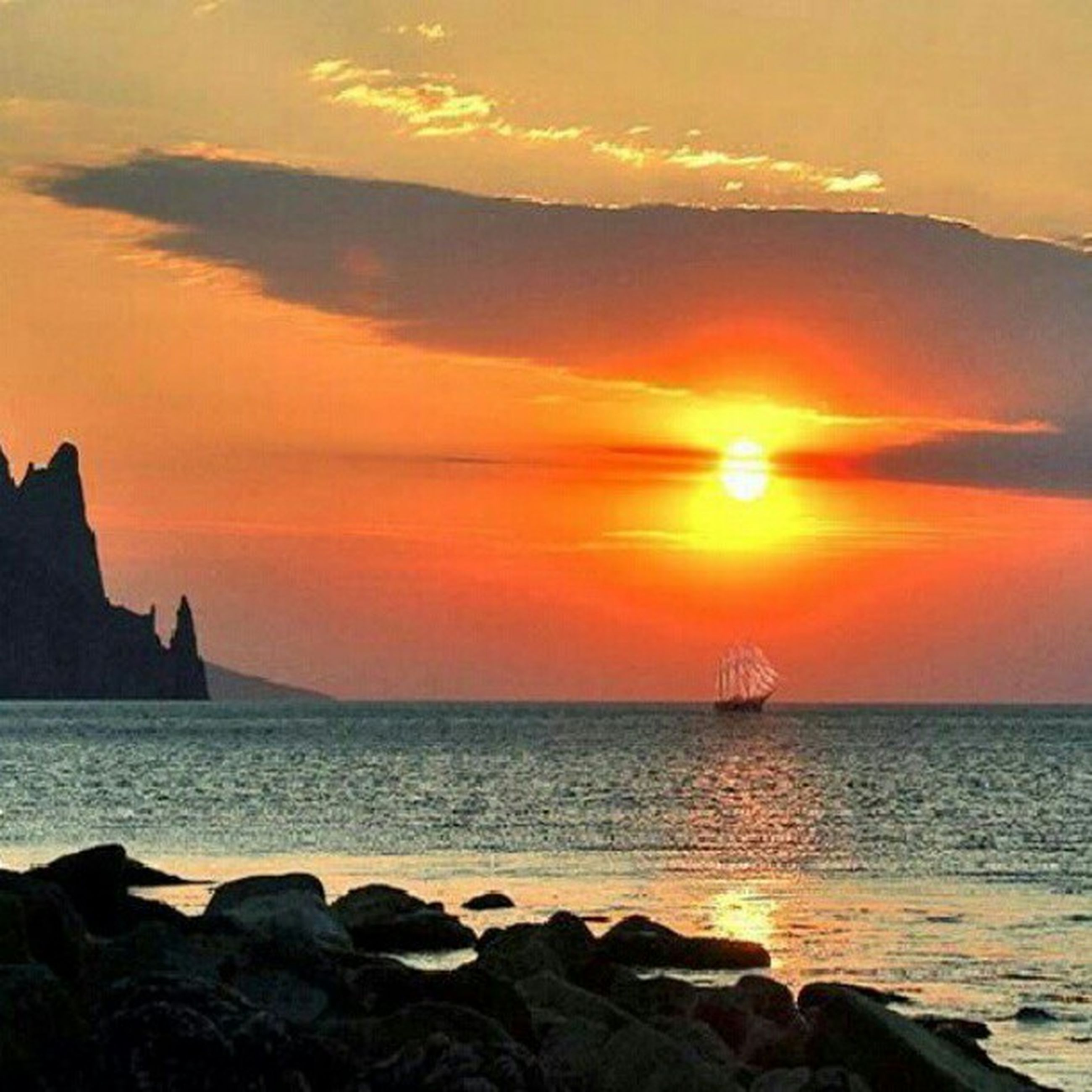 sunset, sea, horizon over water, water, scenics, beauty in nature, orange color, tranquil scene, tranquility, sky, rock - object, sun, idyllic, nature, beach, rock formation, shore, silhouette, cloud - sky, rock