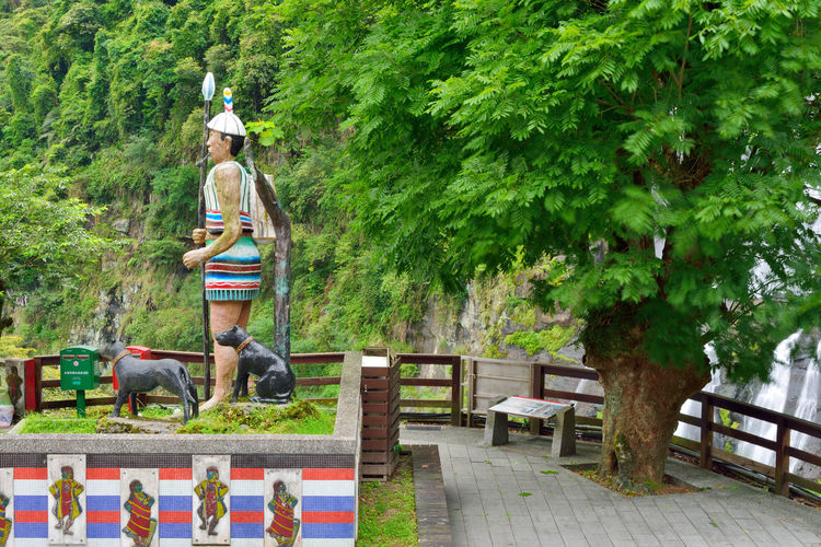Adult Adults Only Day Full Length Leisure Activity Men Nature Nautical Vessel One Person Only Men Outdoors People Real People Rear View Tree 創造 原住民 台湾 獵食 藝術 雕像 雕塑