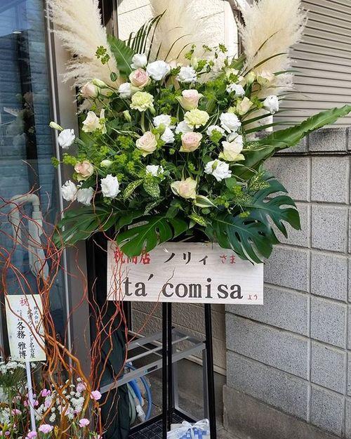 そびえ立つ最大サイズのスタンド花。いまや名古屋周辺のウクレレ業界ではチョイと名の知れたユニット、ta'comisaありがとう!お花は近所のおばさまたちが抜いていったよ!