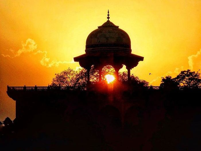 Certain things catch your eye, but pursue only those that capture the heart. 😍😘😘 Tajmahal WahTaj 7wonders AIIMStrip2k14 Minarets Sunset Instagood Like4like LiveLaughLOVE  Throwback Love Friends Memories _indiasb Grammasters3 @phodus_competition Pic Credits - Harsh Shah