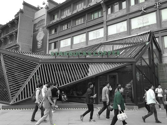 西安,Starbucks coffee,一间肯定开了很久很久的店,人生严重不足生意严重爆好,托盘都旧到如同磨破的牛仔裤,iPhone 6 photography People Light And Shadow First Eyeem Photo EyeEm China Traveling IPhoneography The Street Photographer - 2015 EyeEm Awards Blackandwhite Bnw_friday_eyeemchallenge Starbucks