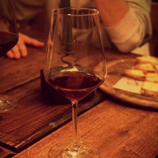 Calice Bicchiere Vino Sangue giuda cantinetta coriano corte corti rimini italia rosso bruschette legno tavolo