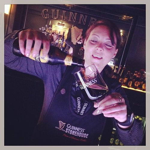 Beth is building a perfect Guinness Foreign Extra. #tbex Travelblog Travelblogger Beer Storehouse Bar Lovedublin Tbex Guinnessstorehouse Bottle Glass Travel Connoisseurbar Dublin Foreignextra Guinness Tour Bier Reisen Beth Connoisseur