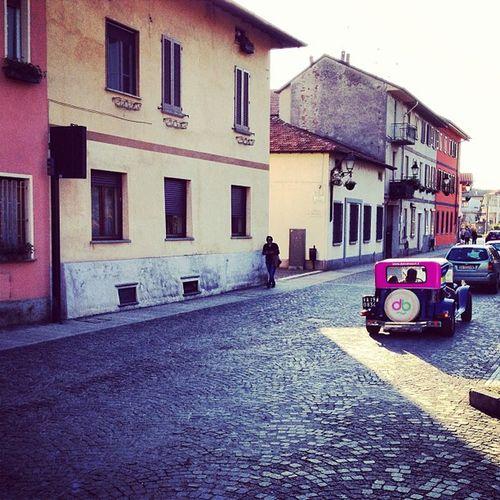 Cute streets & cute cars on a sunny day #italy Pavedstreets Italy Pavedstreet Pink Provincia Sunlight Lombardia Colours Italia Cars Yellow Sunny Oldtown Smalltown Vintagecars