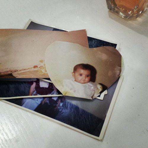 يازين وجهي وانا صغيره كان عمري تقريباً8 شهور وقاصين الصوره ع شكل اطارقلب زماااااااان كح كح كانت امي فنانه في ثيابي وماتلبسني غير الضافي والطووويل بغض النظر عن الفستان اللي ورى .. لما كنت صغيره كنت مبهذله امي واختي الكبيره بهاذيل البكله ماتقعد .. الشعر مفلول .. الفيكونات والخرزات اللي بالفساتين ماتقعد .. شغله الله يصلحني