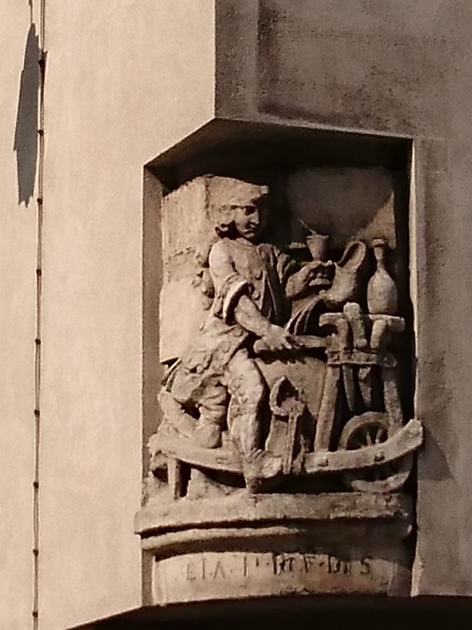 OLD STATUE AGAINST BUILDING