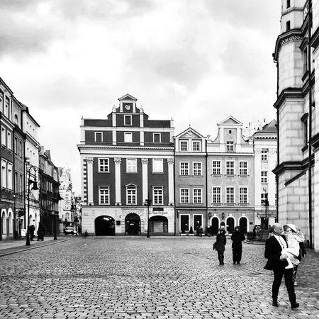 Staryrynek Poznań Igerspoznan Igerspoland loves_poland visitpoland mobilnytydzien23 topluxophotos loves_bnw bnw_zone bnw_one bnw_diamond best_streetview bwbeauty bnw_magazine bnw_madrid ig_murcia bnw_captures lubiepolske universal_bnw poznagram streetphotography