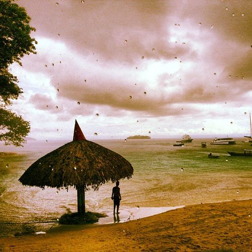 Yağmur Okyanus Sahil Yalnız adam rain ocean pasafik pacific beach kıyı coast kumsal alone man sea bulut cloud tekne sandal boat pinnace amazing instagood instabeautiful ada island