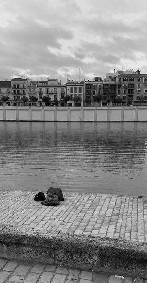 """""""Habitación con vistas"""". triste realidad, a la que, por desgracia, nos hemos acostumbrado. Streetphotography Streetphoto_bw Street Photography Streetphotography_bw"""