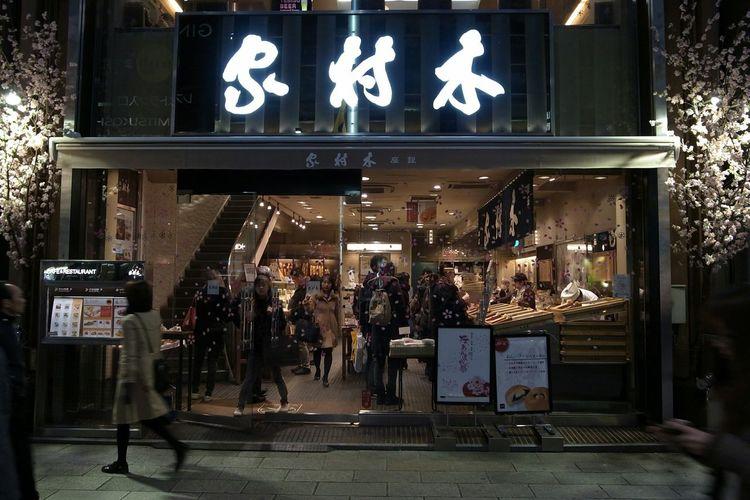 あんぱん 木村屋 Anpan Kimuraya Bakery Streetphotography Night View Landscape Ginza Ricoh GRD III 木村屋は今日も混んでいる(笑)。桜のディスプレイは桜の葉入りのあんパンを思い出すなぁ→思うつぼ(笑)。