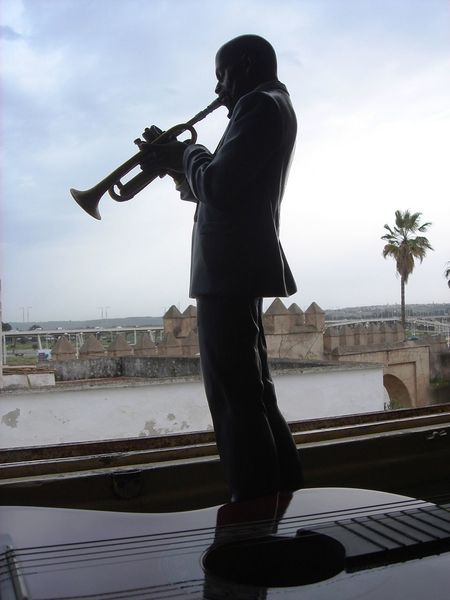 il ne s'agit pas d'une personne, c'est un article de d'cor qui m'appartien. Adult Adults Only Day Decor Jazz Music Men Music Musical Instrument Musician One Man Only One Person Only Men Outdoors People Performance Playing Saxophone Saxophonist Sky Standing Young Adult