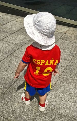 Esperando al partido del lunes Italia-España de la Eurocopa. Waiting for the football match of this Monday Italy -Spain- Eurocup. .. Everyday Emotion Taking Photos Sportsphotography Children's Portraits SPAIN We Can Do It