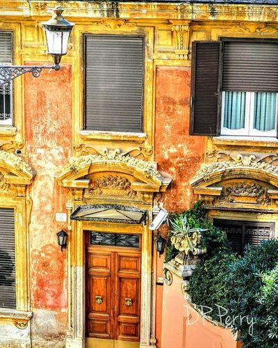 """Inviting"" Piazzadeespagna Rome Roma Italy Italia Italian Italianarchitecture Repostromanticitaly WP WP Fb Photobydperry Photooftheday Home Door Lazio Myrome Architecture Window"