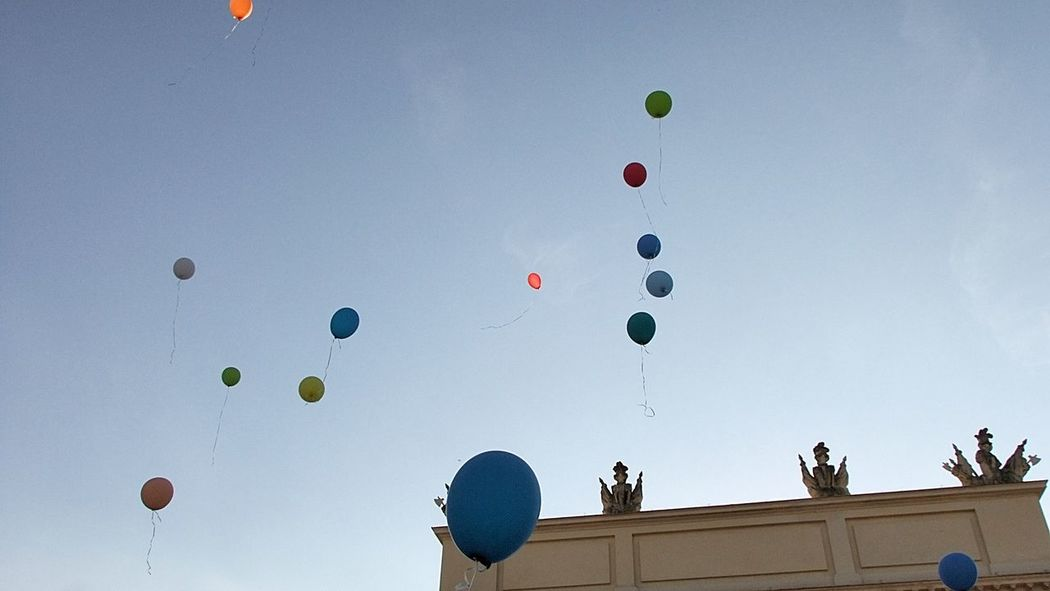 Menschen lassen Luftballons steigen Balloons Brandenburger Tor Potsdam Colorful Cultures Flying Hanging Happiness Hope Lantern Large Group Of Objects Low Angle View Mid-air Multi Colored No People Potsdam Potsdam_city Sky Variation Vielfalt Wishes