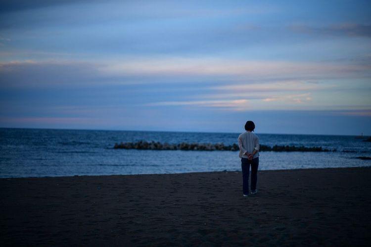 この瞬間のことは、ずっと覚えていて、思い出さずにはいられないんだろうなと、そんな風に思う。I can't help myself from remembering the beautiful places I've been in Niigata-Toukamachi. Dask Dask Sky Sea Water Sky Real People Beauty In Nature Scenics - Nature Beach Land Rear View One Person Horizon Over Water Standing Nature Lifestyles Horizon Outdoors Cloud - Sky Sunset