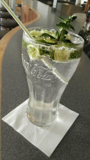 Alcfree Hugo : Erfrischungsgetränk Summertime Summerdrink : Soda Limette Minze/Mint . Still Life In Bewegung