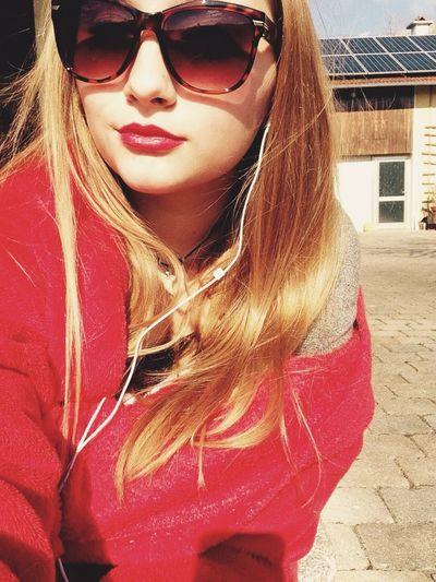 Wir sind frei. Flieger im Wind. Bis das letzte Häufchen Liebe im Tequila versinkt. Haben nichts mehr zu verlieren und belächeln den Tod. Errdeka Stroboskop Lovehim German Rap  Lyrics Sun Lips Hair Spring Selfie