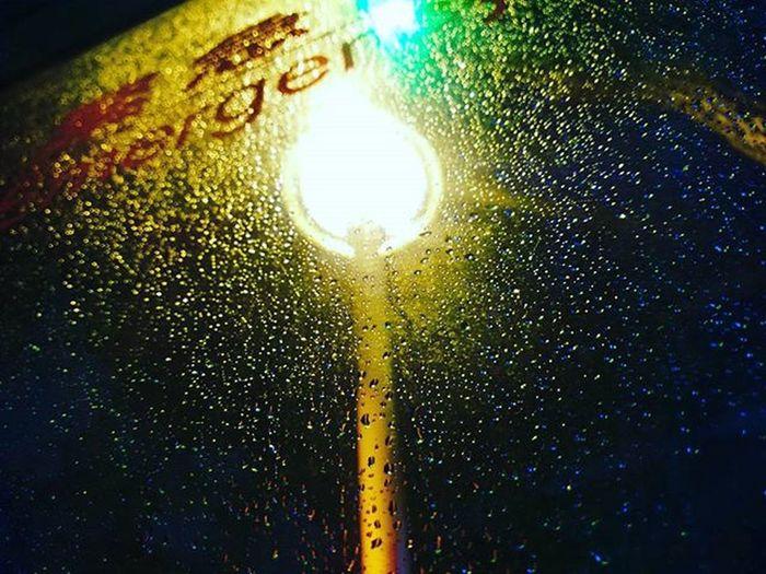 20160115 在快的節奏下放慢自己腳步 才能有所體悟 在雨中,也能有一番風味。 雨滴滑落清澈的玻璃 承載著這世界的所有的落塵 就像淚滴承載著我們的傷心 滑落臉龐。 但這雨滴紛花了世界 像被給予生命一般 散發出七彩的光芒 這夜,好像也不那麼孤單了。 15號作品 雨花