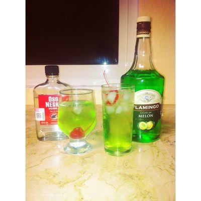 Aquí nomás empezando bien la noche del sábado -👌🍸💚 Vodka