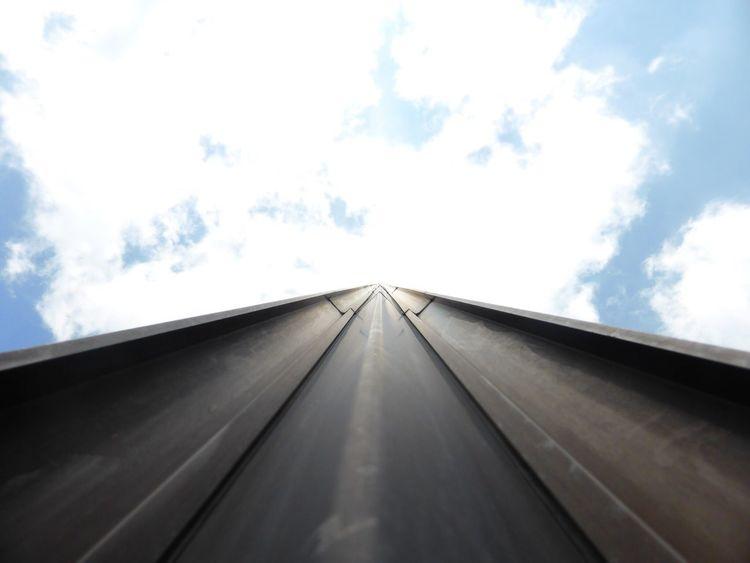 Tour Montparnasse , Paris . Bleu Blue Sky Nuageux Grand Nuages Ciel Tourisme Destination De Voyage Exterieur Monument Jour Journey Batiments Architecture Architectural Detail Vue En Contre-plongée Perspective Par Diminution Point De Fuite