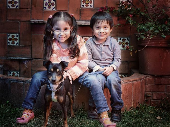 Child Looking At Camera Two People Portrait Happiness Childhood Smiling Casual Clothing Baby Front View Kids At Play Kids Portrait Kidsphotography One Person Retrato Familiar Niñosfelices Leisure Activity Niñosjugando Retratosdeniños Children Only Mascota Perros❤