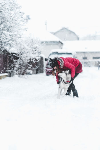 Husky Snow Cold Temperature Winter Real People Architecture Women Adult Nature Warm Clothing Clothing Full Length People Two People Day Females Snowing Lifestyles Men Built Structure Outdoors Extreme Weather