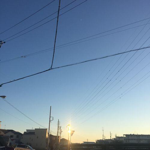 反射する夕陽 夕陽 Sunset 空 Sky 青空 Blue Sky 電線 Electric Wire 反射 Reflection
