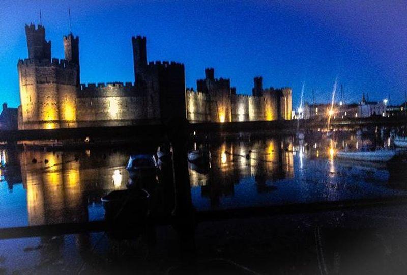 Caernarfon Castle📷🏰Castle Summer View Beautiful Nature Uk Wales Night Sky Caernarfon Northwales Caernarfoncastle History Summernight Lights Reflection Water