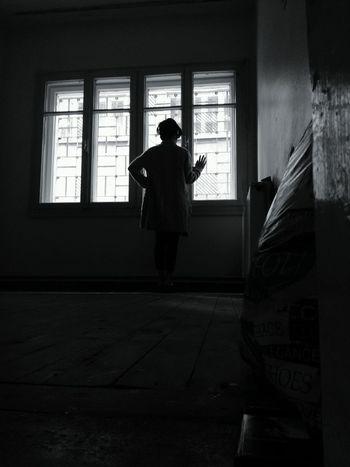 Karanlığa hapsolmuş bedenler. #Dark #alone #sadness #black  EyeEm Ready