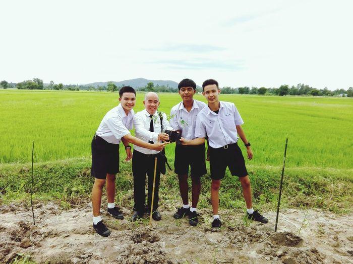 ปลูกต้นไม้ร่วมกับนักเรียน สร้างโลกสีเขียว