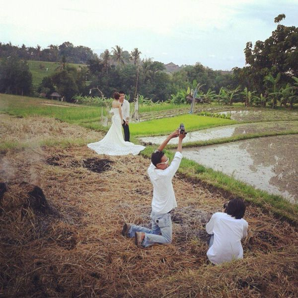 Prawedding.. Couple Prawedding Field Photographer White Bride PhotoOfTheDay Romance