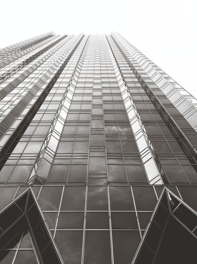 Props to PPG Place for being symmetrical, yet not symmetrical at all. Capa Filter Blackandwhite Architecture