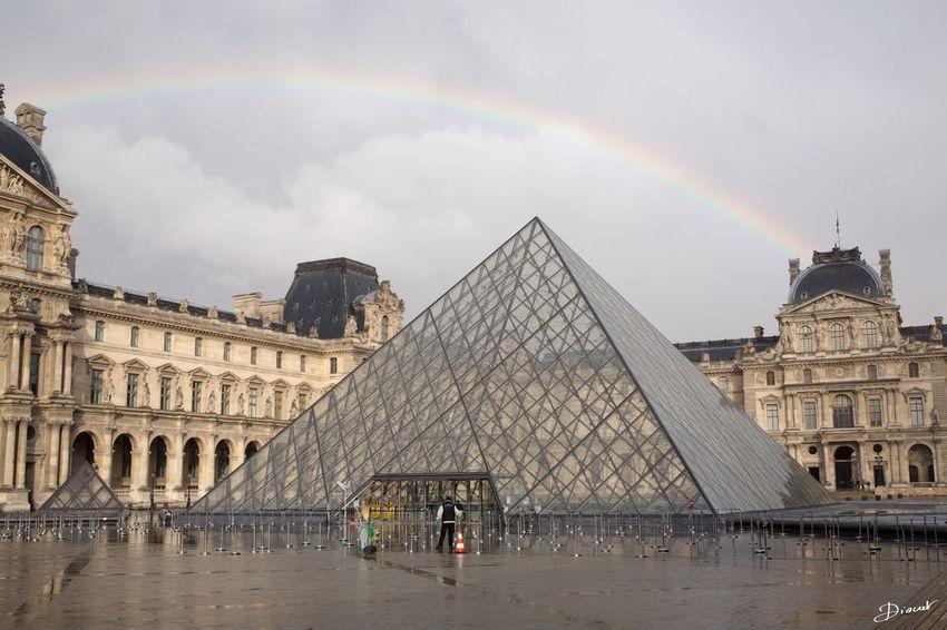 Arc En Ciel Rainbow Pyramide Du Louvre Pyramide Louvre Pluie Giboulée