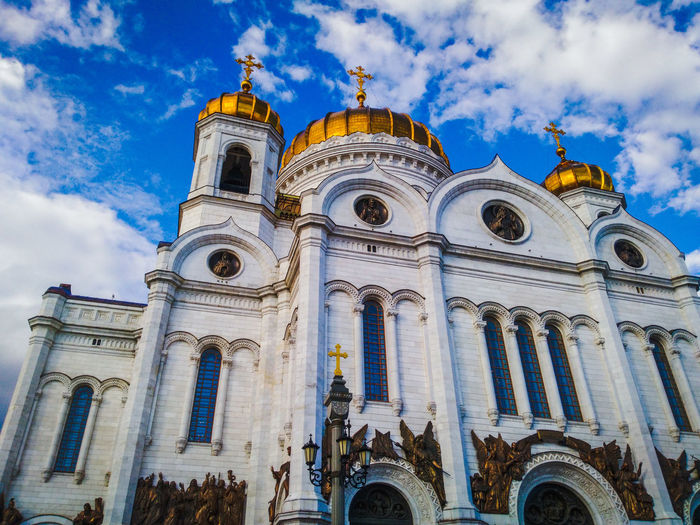 Religion Place Of Worship Spirituality Cloud - Sky Sky Architecture Built Structure Building Exterior No People Outdoors Statue Sculpture Russia Church Day Architecture Moscow Cathedral Of Christ The Savior