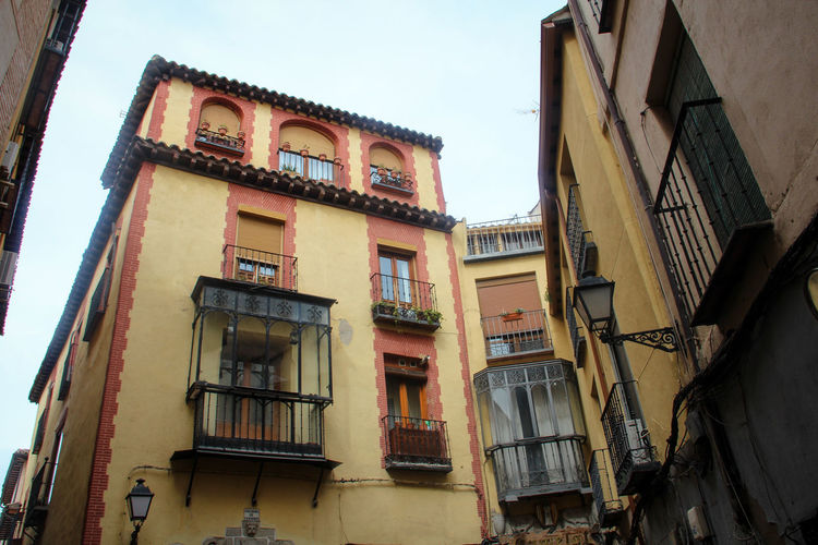 Typical Spanish houses in the Old Town of Toledo, Spain. Cute Houses Old Town SPAIN Spanish History Spanish Town Toledo Spain Yellow House  Alley Alleyway Architecture Balcony Building Exterior Built Structure Historical Place Low Angle View Narrow Alley Outdoors Residential Building Romantic Alley Spanish Culture Spanish House Toledo Travel Spain Travelling Photography Window