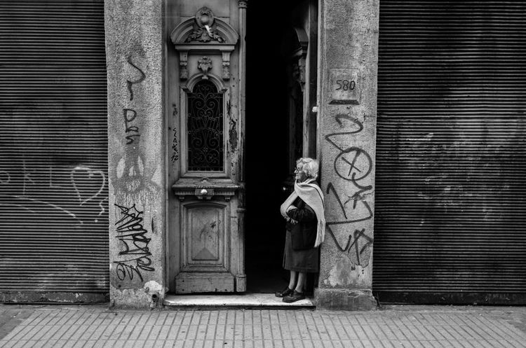2016 Blackandwhite Blanco Y Negro Retrato Building Building Exterior Built Structure City Door Entrance Espera Grandmother Invierno Pasadena  Streetphotography Valparaiso, Chile Waiting First Eyeem Photo Snap a Stranger Old Buildings