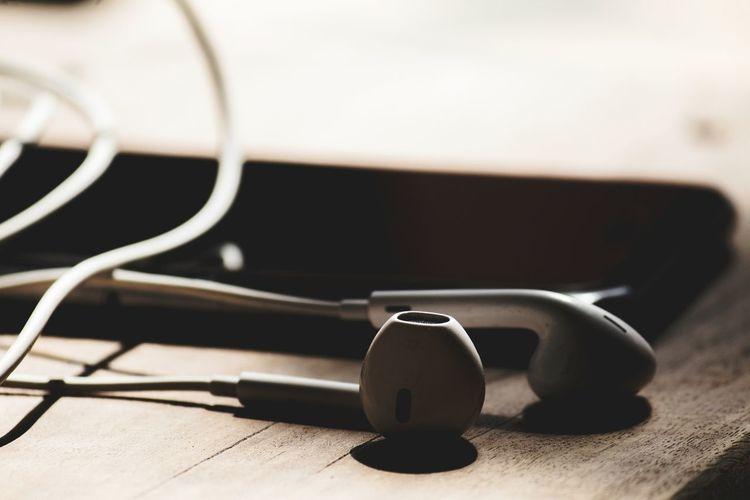 Technology Music Musical Instrument Close-up In-ear Headphones Headphones Mp3 Player Listening Audio Equipment Usb Cable The Still Life Photographer - 2018 EyeEm Awards The Creative - 2018 EyeEm Awards
