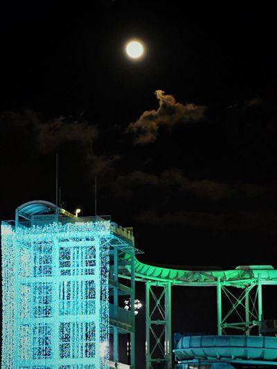 読売ランドのアトラクションの上に満月。この日は12月25日。人はたくさんいましたが、神秘的な月を見ることができました。 Amazing View Moon Light Winter イルミネーション よみうりランド 日本 Japan Nightphotography Nightsky Night View Ilumination NightSnaps