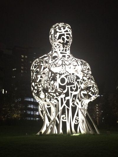疲れてると、これが夢なのか現実なのか分からなくなります。 Dream Or Reality Huge Statue Monument Words Nofilter Nofilter#noedit Tokyo Night Lawn