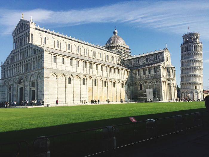 Leaning tower of pisa and piazza dei miracoli against sky