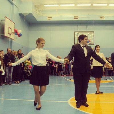 Танцевали) Леха красавчик)) 1сентября деньзнаний 11класс танец вальс школа