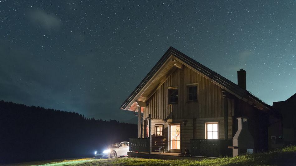 Nächtliche Ankunft Ankunft Auto Berge Blau Erleuchtet Fassade Fenster Galaxie  Hund Hütte Langzeitbelichtung Lichter Nacht Orange Color Steiermark Sterne  Sternenhimmel Wald Wiese  Wolken Österreich