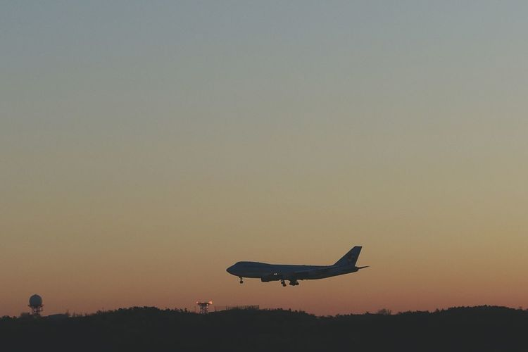 Korea Photos Dawning Airplane Approach Runway Landing Airport Silhouette Travel Light And Shadow In The Morning Taking Photos Streamzoofamily 43 Golden Moments