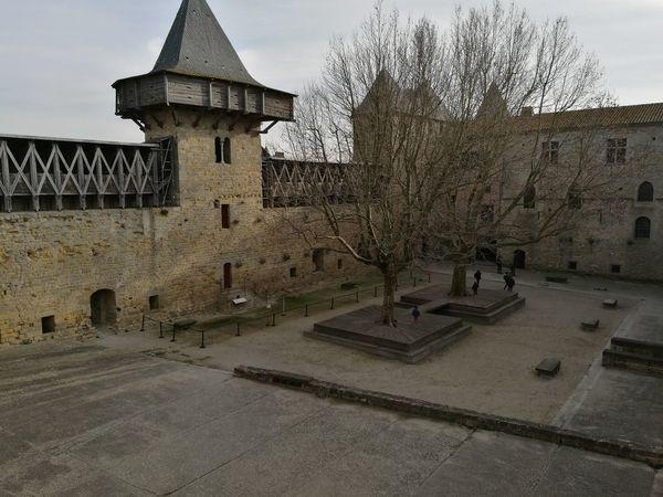 Paseando por el Patio del Castillo de Carcassone