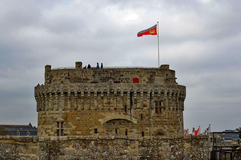 Le château de Dinan (Côtes-d'Armor) est un monument historique se situant au sud de la ville. C'est un ensemble composite, constitué à la fin du xvie siècle par le duc de Mercœur à partir de trois éléments initialement distincts : le Donjon ducal construit dans la décennie 1380 , la porte du Guichet (XIIIème siècle)et la tour Coëtquen édifiée à la fin du XVème siècle. L'ensemble fait partie de l'enceinte urbaine de Dinan, autrefois la troisième plus importante de Bretagne après celles de Nantes et de Rennes. Depuis le 12 juillet 1886, le Château de Dinan est classé au titre des monuments historiques1 Bretagne France Côtes D'Armor Dinan Bretagne France Tourisme Arch Château Fortification Monument Historique Visite Arch Bridge Historic Fort Castle Medieval Fortress Civilization