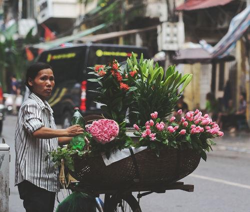 Autumn Blooming Blossom Business Fall Season Flower Hanoi Hanoi Vietnam  Hoang Ann Lifestyles Pink Color Portrait Of A Woman Street Life Streetphotography Vietnam Vietnamese Working Hard