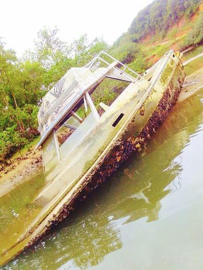 Barco Encalhado em Rio das Ostras, Rj, brasil. Barco Barco Encalhado Barco De Pesca Barco De Passeio Brazil RJ Rio De Janeiro, Brazil