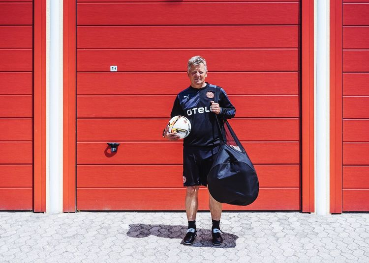 Peter Hermann Co-Trainer Fortuna Düsseldorf for 11 FREUNDE. Portrait Portraits Magazine Work Soccer Fussball Fortuna Fortuna Düsseldorf Co Trainer Minimalism Red