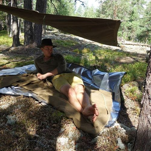 Going Oldschool while trying out my PlashPalatka . Not quite what I'm aiming for but it will suffice until I get my custom made Cottontarp . Woolblanket tarp bushcraft outdoors chilling