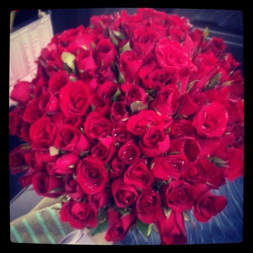 กุหลาบแดง 100 ดอก สื่อความหมายแทน ความรักชั่วนิรันดร์♥ หมอไม่มีวันปล่อยมือสานะคะ @nisabyu